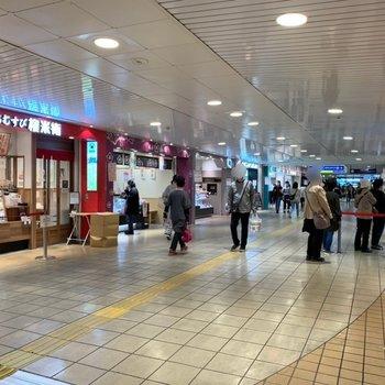 駅ナカではお惣菜やスウィーツを購入できますよ。