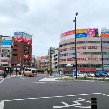 周辺は程よく賑わっています。少し歩くと商業施設もありました。