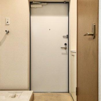 シューズボックスは5段です※写真は1階の反転間取り別部屋のものです