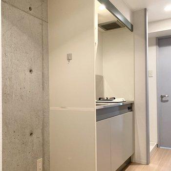 キッチンはお部屋を出てすぐ。冷蔵庫も並べて置けます。(※写真は11階の同間取り角部屋のものです)