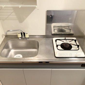ちょっとコンパクトなキッチンなので、作業ワゴンなどがあると便利そう◎(※写真は11階の同間取り角部屋のものです)
