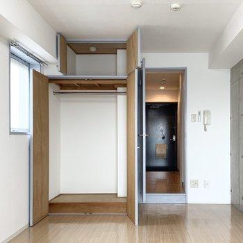 収納はハンガーパイプ付のクローゼットと天袋。奥行も深めです。(※写真は11階の同間取り角部屋のものです)