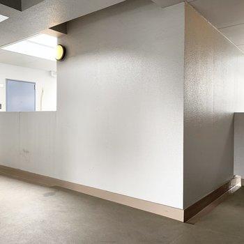 階段やエレベーターが真ん中に配置されたコア型のマンションです。