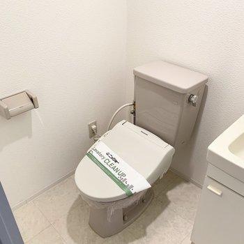 ウォシュレット付のおトイレも同じ空間に。海外のユーティリティを彷彿とさせる配置ですね。(※写真は11階の同間取り角部屋のものです)