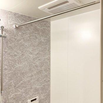浴室乾燥機も!(※写真は9階の反転間取り別部屋のものです)