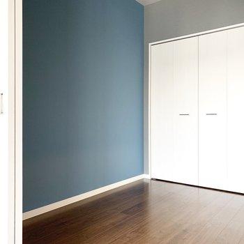 洋室はくすみブルー(※写真は9階の反転間取り別部屋のものです)