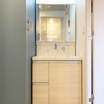 使いやすそうな洗面台(※写真は9階の反転間取り別部屋のものです)