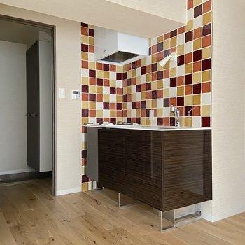 このモザイクアートのようなタイルがお部屋に華を添えてくれていますね。