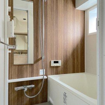 お風呂には浴室乾燥や追い焚きが備わっています。シックな木目調が素敵!