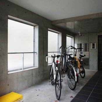 エントランスに自転車置き場。