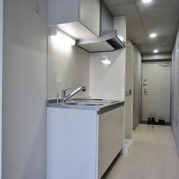 キッチン。いいサイズ感。 ※写真は2階の同間取り別部屋のものです