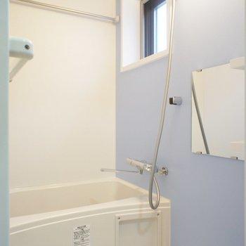 お風呂には窓!うれしい。 ※写真は2階の同間取り別部屋のものです