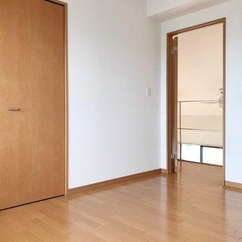 【上階】扉は開き戸タイプ。収納もありますよ。(※写真は5階の反転間取り別部屋のものです)