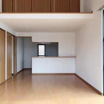 【下階】奥の方に対面式のキッチン。(※写真は5階の反転間取り別部屋のものです)