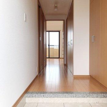【下階】玄関から見た景色。奥の方、少しボコっとしているところは...(※写真は5階の反転間取り別部屋のものです)