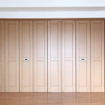 【上階】扉は折り戸タイプ。開けると(※写真は5階の反転間取り別部屋のものです)