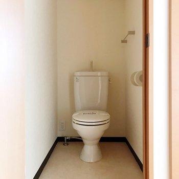 【下階】向かいにトイレ。ウォシュレットは持ち込みで取り付けられます。(※写真は5階の反転間取り別部屋のものです)