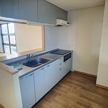 【下階】実際のキッチンの色はこちらです!爽やかブルー!