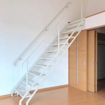 さあ、ハシゴをのぼって上階へ。(※写真は5階の反転間取り別部屋のものです)