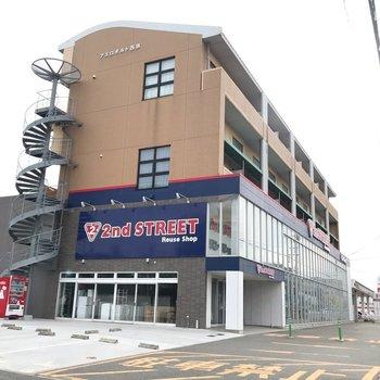 1階にはリサイクルショップ。大通り沿いのどっしりした建物です。