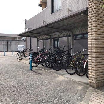 駐輪場は屋根付きで、雨に濡れません。