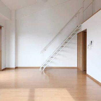 【下階】スタリッシュなハシゴの先には...(※写真は5階の反転間取り別部屋のものです)