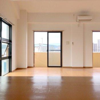 【下階】カウンターから見る景色。これは...家具にもこだわりたいですね!(※写真は5階の反転間取り別部屋のものです)