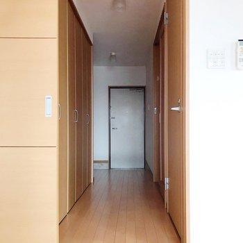 【下階】廊下から見た景色。脱衣所は右側のほうにありました!(※写真は5階の反転間取り別部屋のものです)