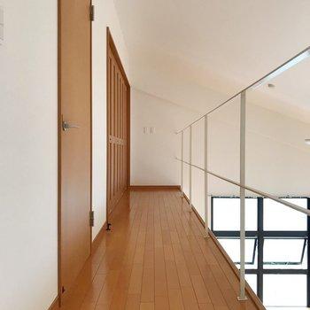 【上階】洋室が2つあります。(※写真は5階の反転間取り別部屋のものです)