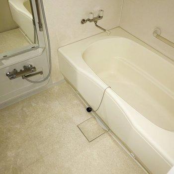 【下階】シャワーを浴びながらお風呂を溜めれるなんて!(※フラッシュ撮影しています)(※写真は5階の反転間取り別部屋のものです)