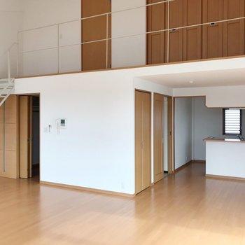 【下階】リビングは広々25帖。+窓の多さ+天井の高さで、とても開放的。(※写真は5階の反転間取り別部屋のものです)