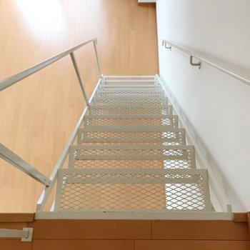 さて、ハシゴをおりて水回りのご紹介!階段は透けてるけど安定感があります。(※写真は5階の反転間取り別部屋のものです)
