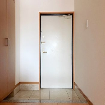 【下階】玄関まわりもとてもゆったり。(※写真は5階の反転間取り別部屋のものです)