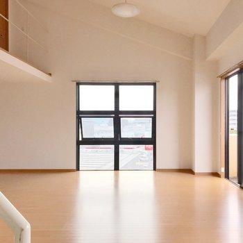 【下階】そして天井が高ーいんです!(※写真は5階の反転間取り別部屋のものです)