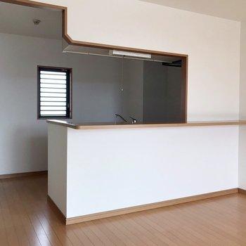 【下階】冷蔵庫はキッチンの裏側へ。窓があるのも嬉しいポイント!(※写真は5階の反転間取り別部屋のものです)