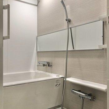 ワイドな鏡が特徴のお風呂です。※写真は同間取り、別部屋のもの