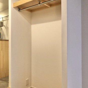 収納はオープンスタイルで、お洋服がたっぷり掛けられそうです。※写真は同間取り、別部屋のもの