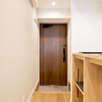 玄関ドアはウッド調で素敵 ※写真は同間取り、別部屋のもの