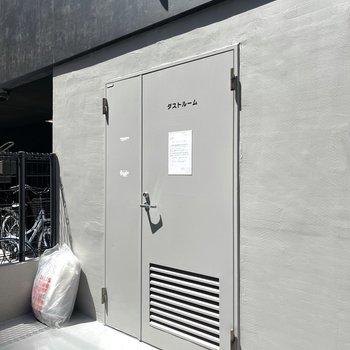 ゴミ捨て場は駐輪場のお隣に。