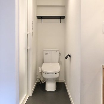 ドアを開けると正面にトイレがあります。※写真は反転間取り、別部屋のもの