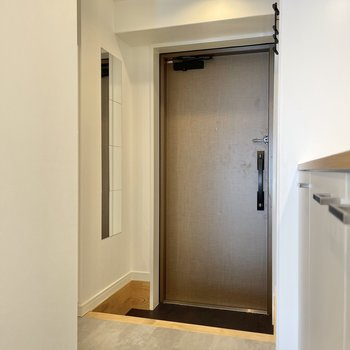 ウッド調の扉が使われている玄関。姿見もありますよ。