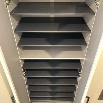靴箱の棚板は可動式です。