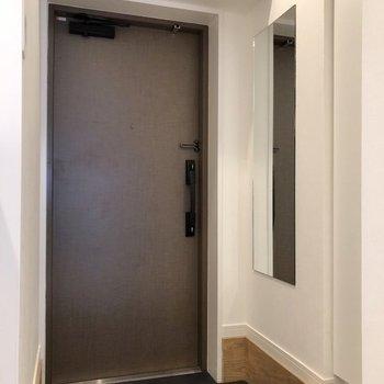 玄関に姿見があるので、ファッションチェックも簡単に。※写真は反転間取り、別部屋のもの