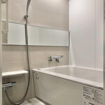 ワイドな鏡が特徴のお風呂です。※写真は反転間取り、別部屋のもの