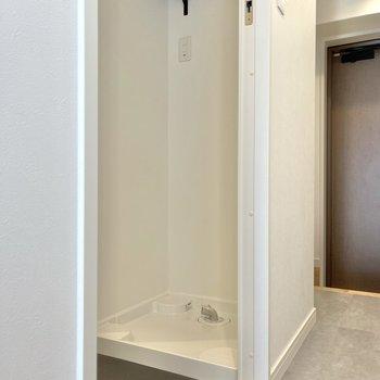 洗濯機置き場は洗面台の反対側に。