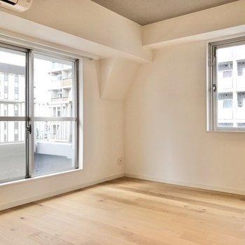 角部屋、2面採光のお部屋です。※写真は反転間取り、別部屋のもの