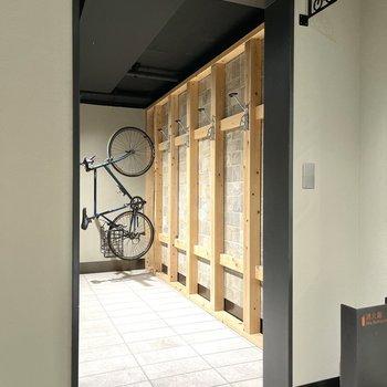 ロードバイクなどをかけられるスペースも。