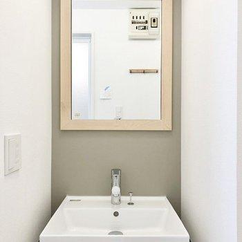 【イメージ】洗面台部分は木枠のミラーになります