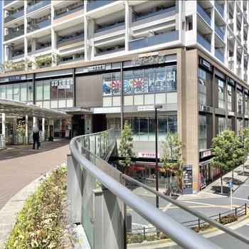 駅前にはいくつかの商業複合施設があり、日々のお買い物には便利な環境が整っていますよ。