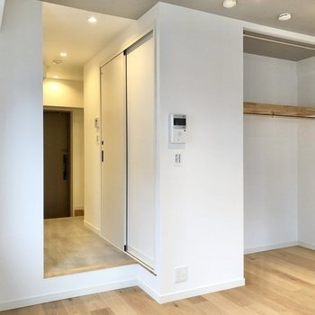 収納がオープンスタイルで解放感があります。※写真は反転間取り、別部屋のもの